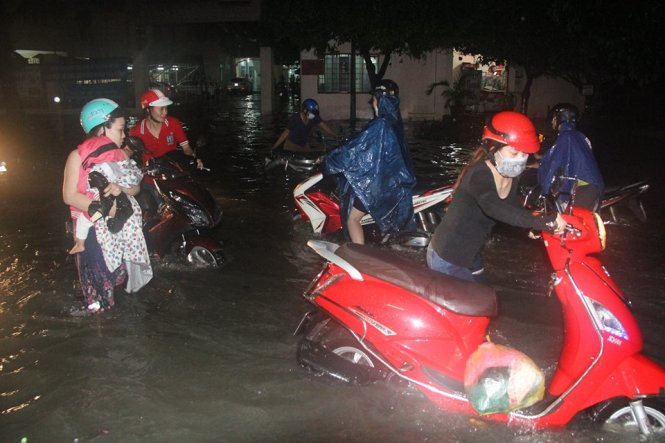 A heavy rain turned Ho Chi Minh City into an 'ocean' on Monday evening, causing motorbikes to break down midway home and knocking riders off their vehicles.