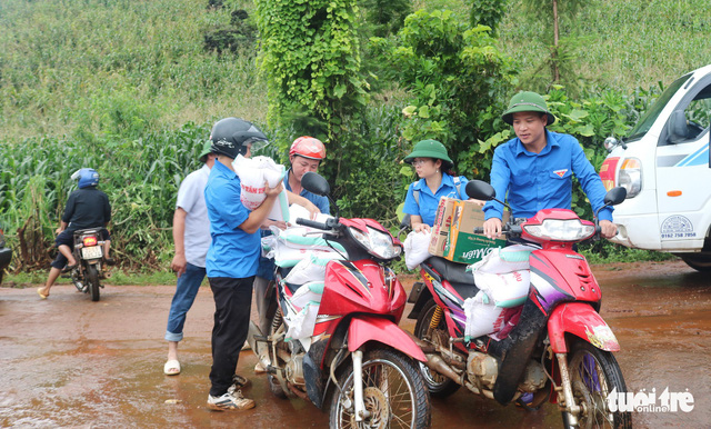 Representatives of Tuoi Tre (Youth) newspaper bring supplies to residents in Quan Ba District in the northern province of Ha Giang.