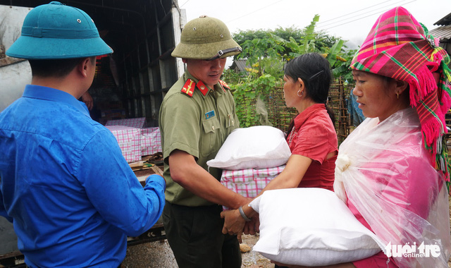 People in Lau Chau Province receive gifts and supplies from Tuoi Tre readers.