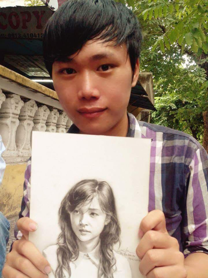 Bui Anh An hold his drawing of a girl.