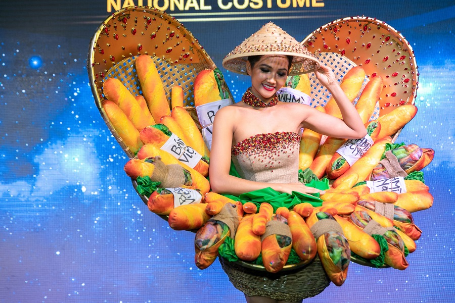 'Banh mi dress' wins contest to represent Vietnam's national costume at Miss Universe 2018