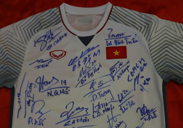 Jersey, ball signed by Vietnam's ASEAN Cup winning squad to be put up for auction
