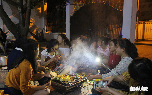 Vietnamese university students hold unique year-end parties on tight budget