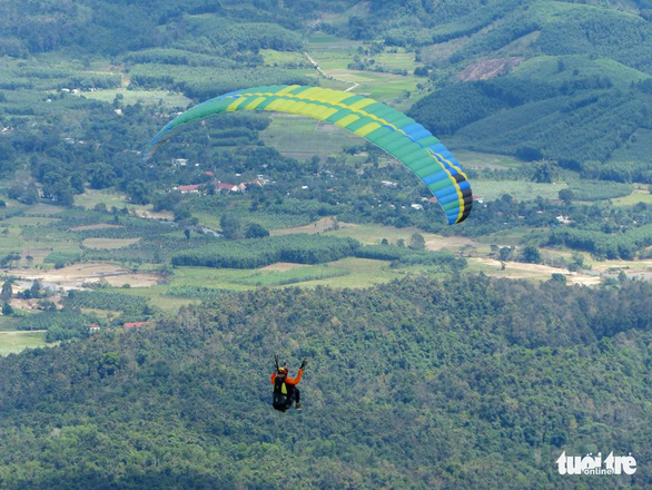 Local paragliding club licensed to fly during Nha Trang Beach Festival