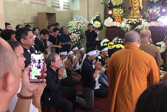 'Citizen reporters' cause disturbance for live-streaming funeral of Vietnamese comedian
