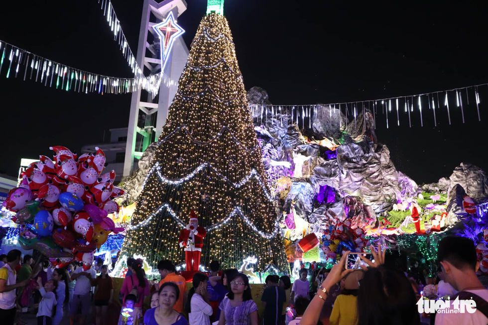 'Christian neighborhoods' in Ho Chi Minh City turn crowded for Christmas