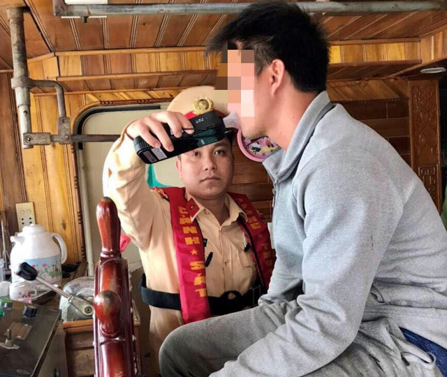 Two Vietnamese men fined for piloting boats under alcohol influence