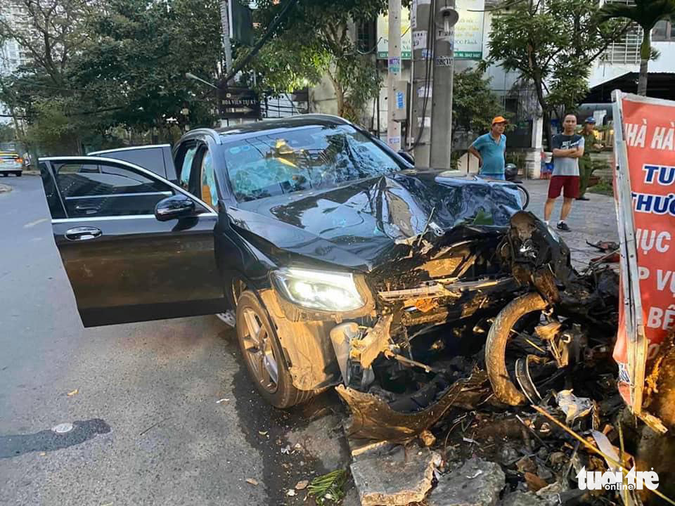 Vietnam police hunt for car driver who fatally crashed into GrabBike driver