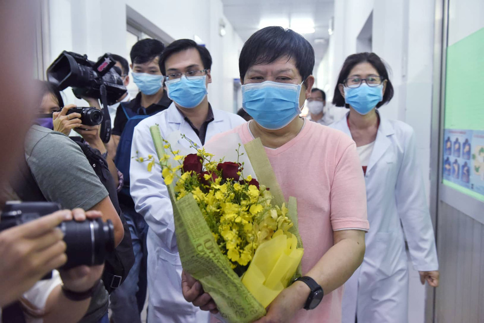 7th COVID-19 patient, a Chinese, walks out of hospital, thanks Vietnam doctors
