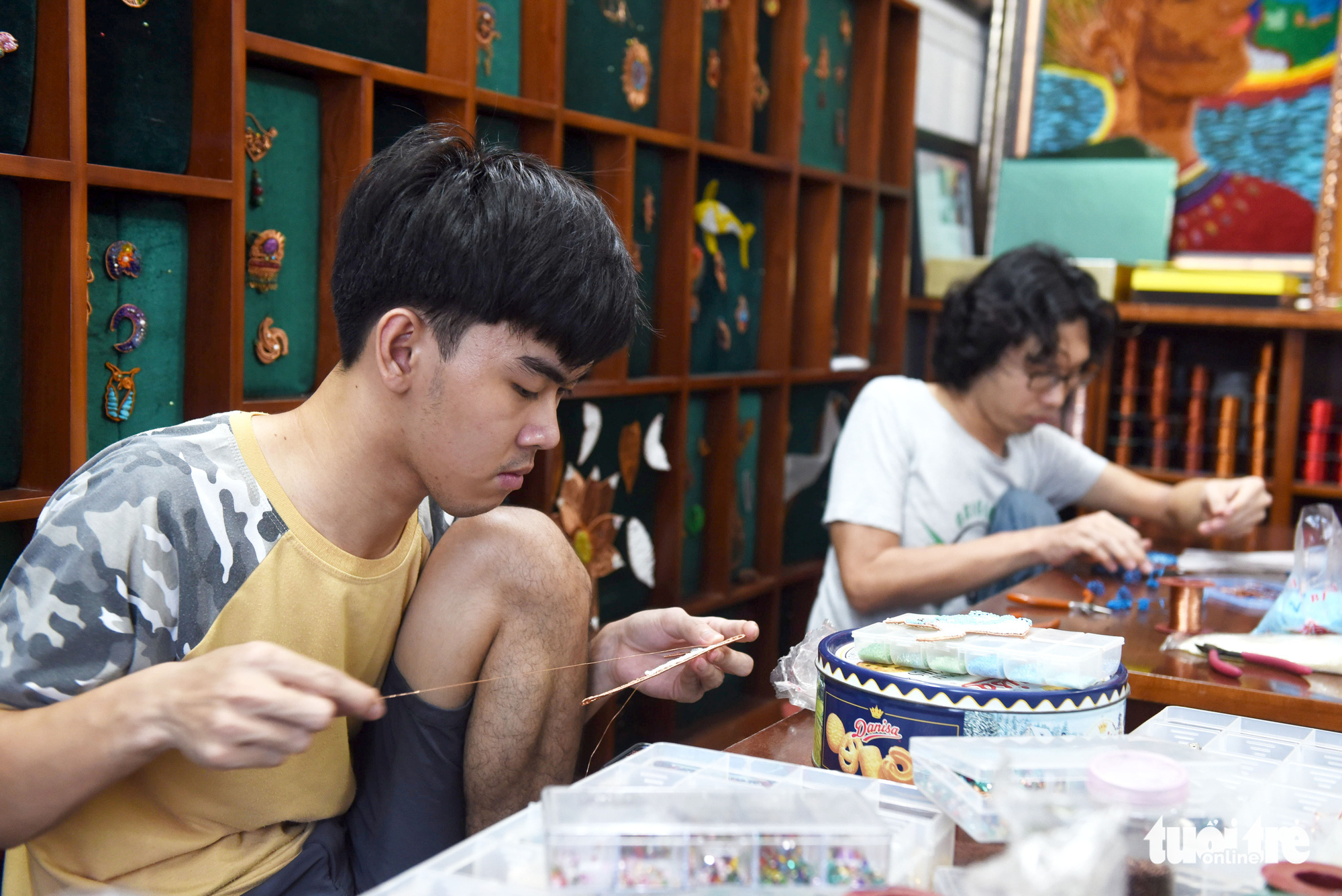 Apprentices create copper wire art in Nguyen Thi Nhat Phuong's class in Ho Chi Minh City, Vietnam. Photo: Duyen Phan / Tuoi Tre