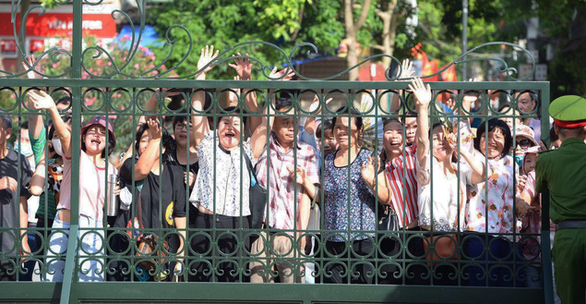 People gather in front of a court on a test-score manipulation in Hoa Binh Province, Vietnam, May 21, 2020. Photo: Hoang Hai / Tuoi Tre