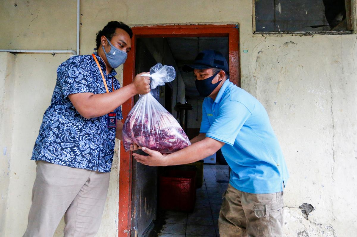 Fauzan Dzulfikar, 22, gives meat donations at a zoo amid the coronavirus disease (COVID-19) outbreak in Bandung, West Java Province, Indonesia, May 18, 2020.  Photo: Reuters
