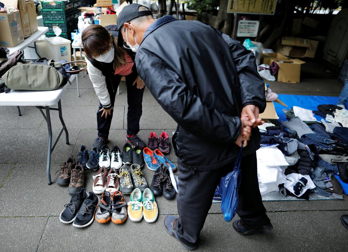 A volunteer takes part in shoes and clothes aid handouts for the needy, as the spread of the coronavirus disease (COVID-19) continues in Tokyo, Japan, May 9, 2020. Photo: Reuters