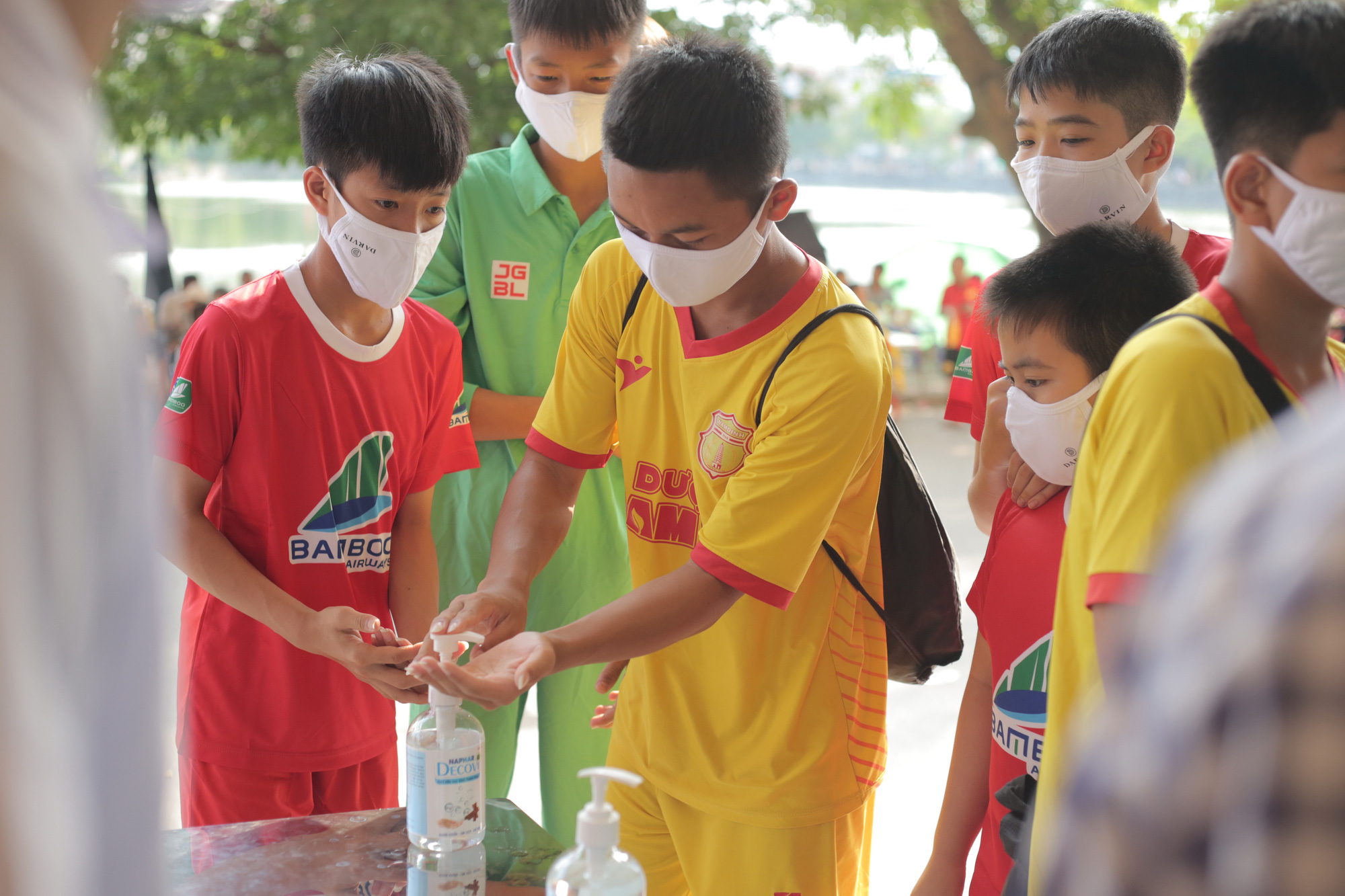 Spectators sanitize their hands before entering Thien Truong Stadium in Nam Dinh Province, May 23, 2020. Photo: Huu Tan / Tuoi Tre