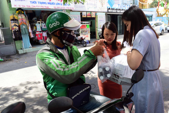 Delivery workers favor cashless payment amid COVID-19 pandemic in Vietnam
