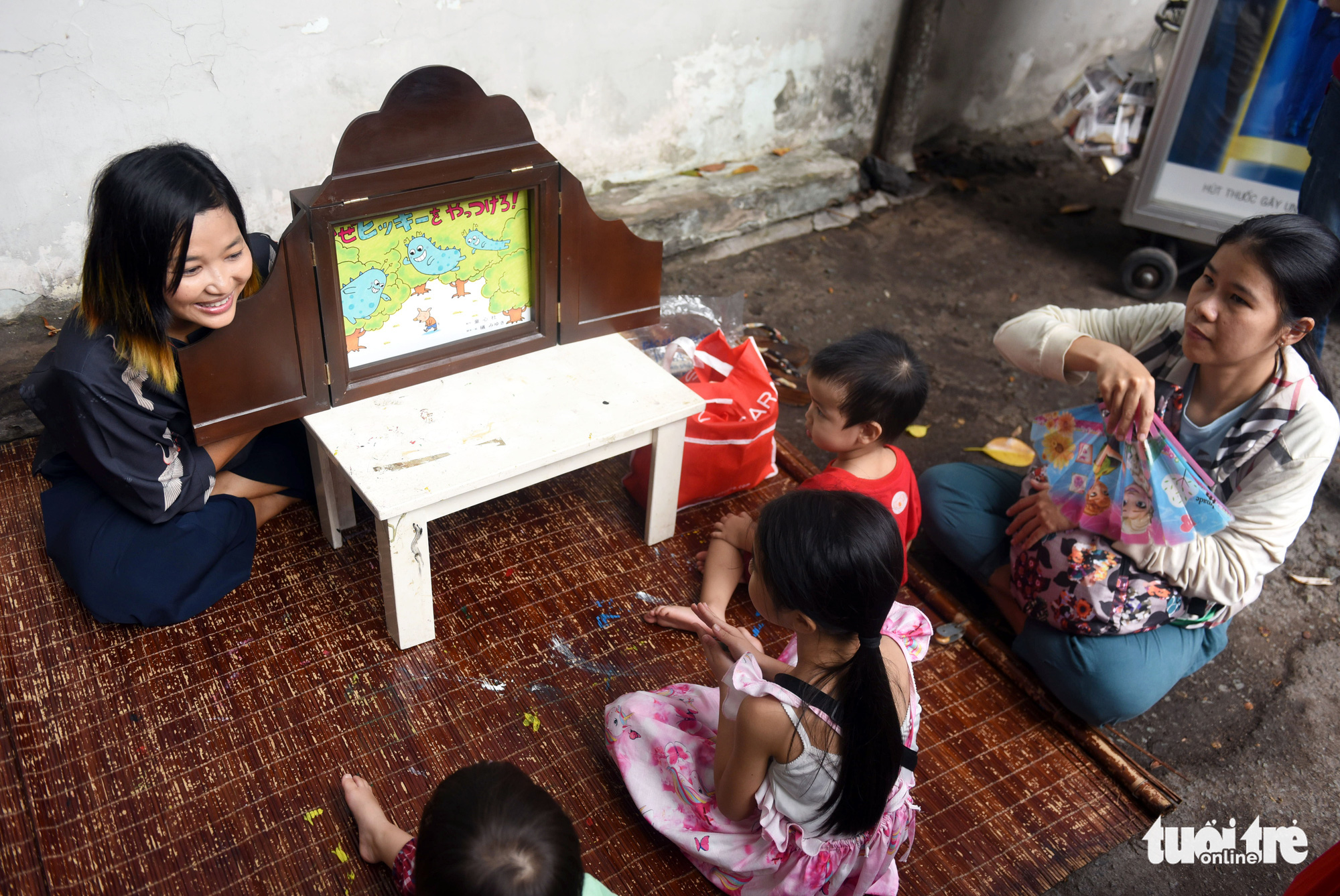 A story teller interacts with children at a 'countryside market' at No. 7 Nguyen Thi Minh Khai Street, District 1, Ho Chi Minh City, Vietnam, May 24, 2020. Photo: Duyen Phan / Tuoi Tre