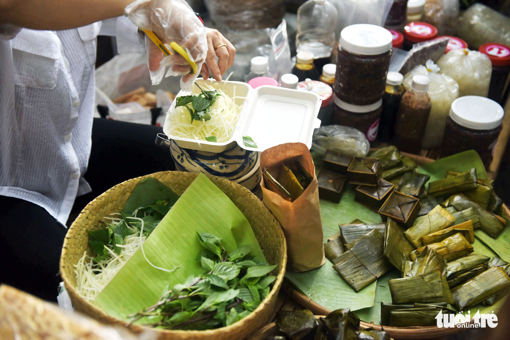 A seller prepares 'banh loc' (tapioca dumplings with pork belly and prawn fillings) at a 'countryside market' at No. 7 Nguyen Thi Minh Khai Street, District 1, Ho Chi Minh City, Vietnam, May 24, 2020. Photo: Duyen Phan / Tuoi Tre