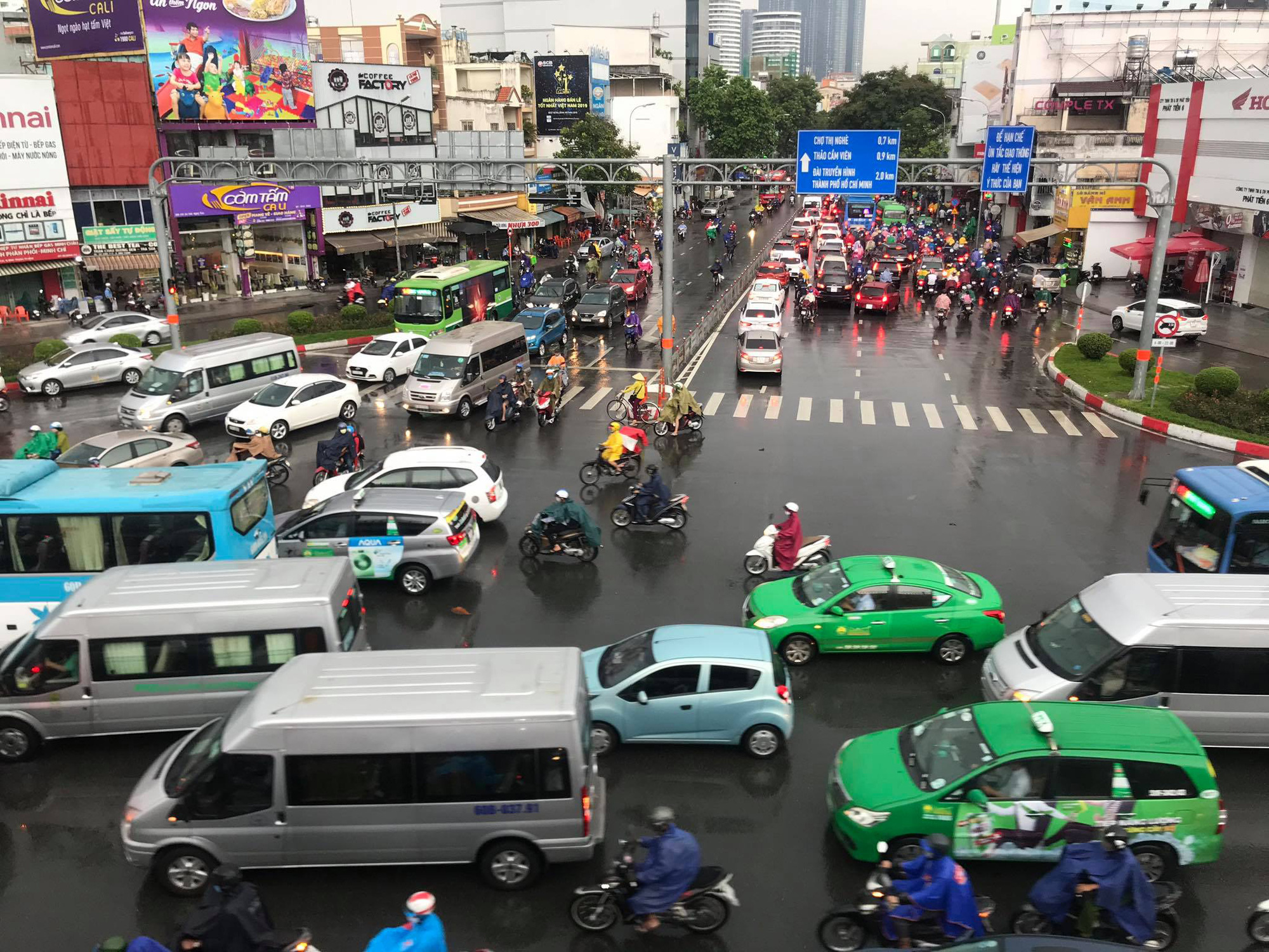Traffic moves in the rain at Hang Xanh intersection in binh Thanh District, Ho Chi Minh City, Vietnam, May 25, 2020. Photo: Le Phan / Tuoi Tre