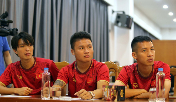 Vietnam internationals Nguyen Tuan Anh, Nguyen Quang Hai, and Do Hung Dung are present at a ceremony to sign a sponsorship deal between King Coffee and the Vietnam Football Federation in Hanoi, May 25, 2020. Photo: Nam Khanh / Tuoi Tre