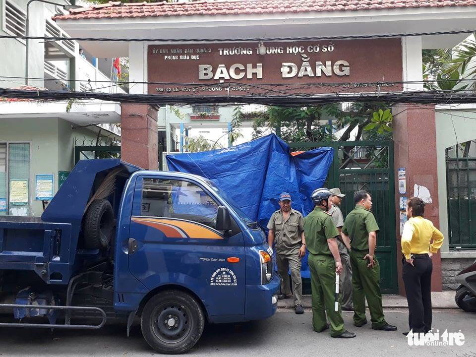Police arrive at Bach Dang Middle School in District 3, Ho Chi Minh City, Vietnam, May 26, 2020. Photo: Trong Nhan / Tuoi Tre