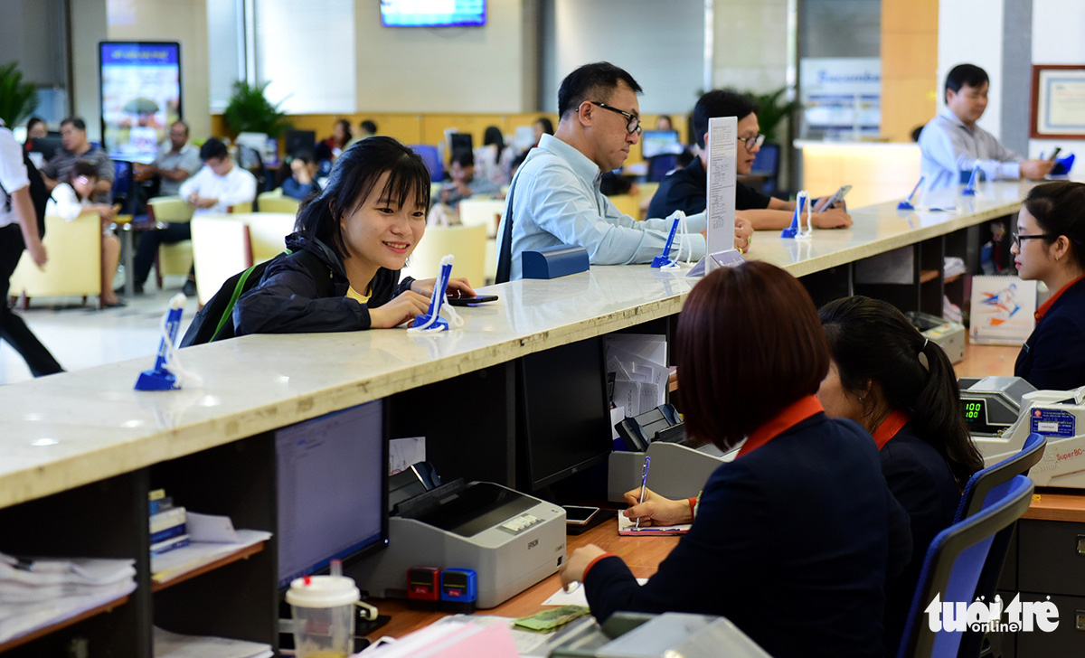 Customers conduct transactions at a Sacombank office on Nam Ky Khoi Nghia Street, District 3, Ho Chi Minh City, Vietnam. Photo: Quang Dinh / Tuoi Tre