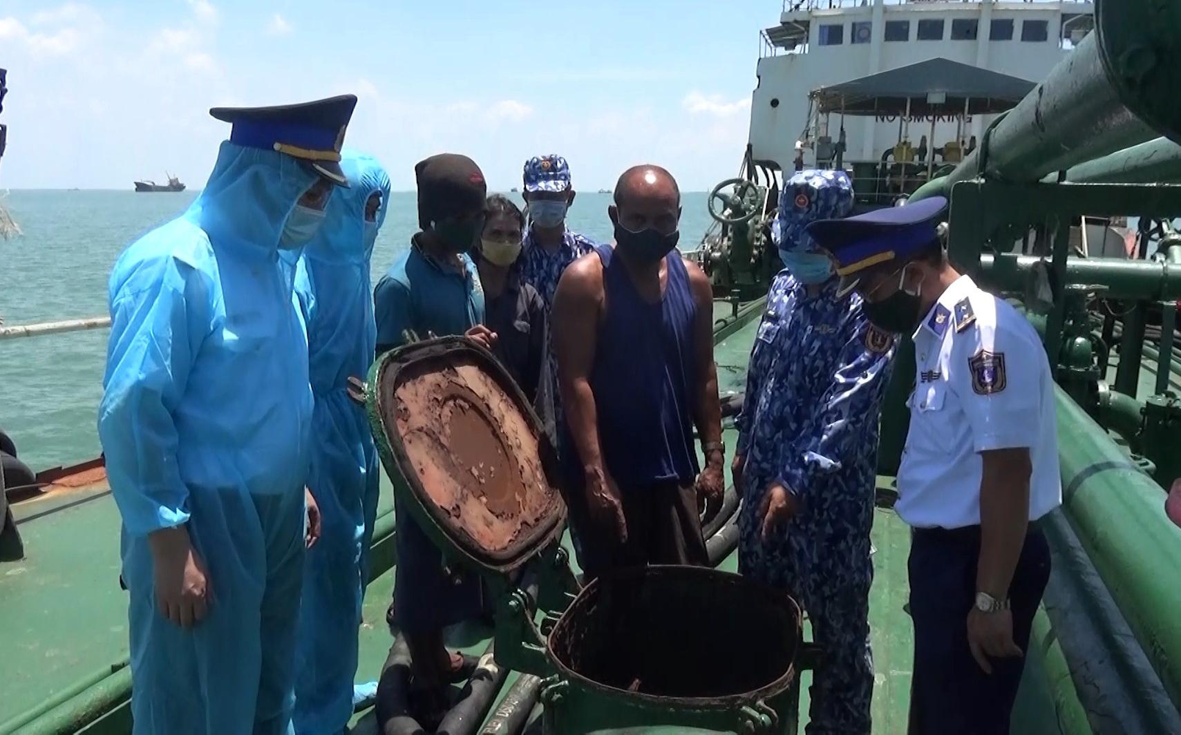 Vietnam Coast Guard officers inspect smuggled oil discovered on sea vessel Siam Varich off Con Dao Island, Ba Ria-Vung Tau Province, Vietnam. Photo: Duc Dinh / Tuoi Tre