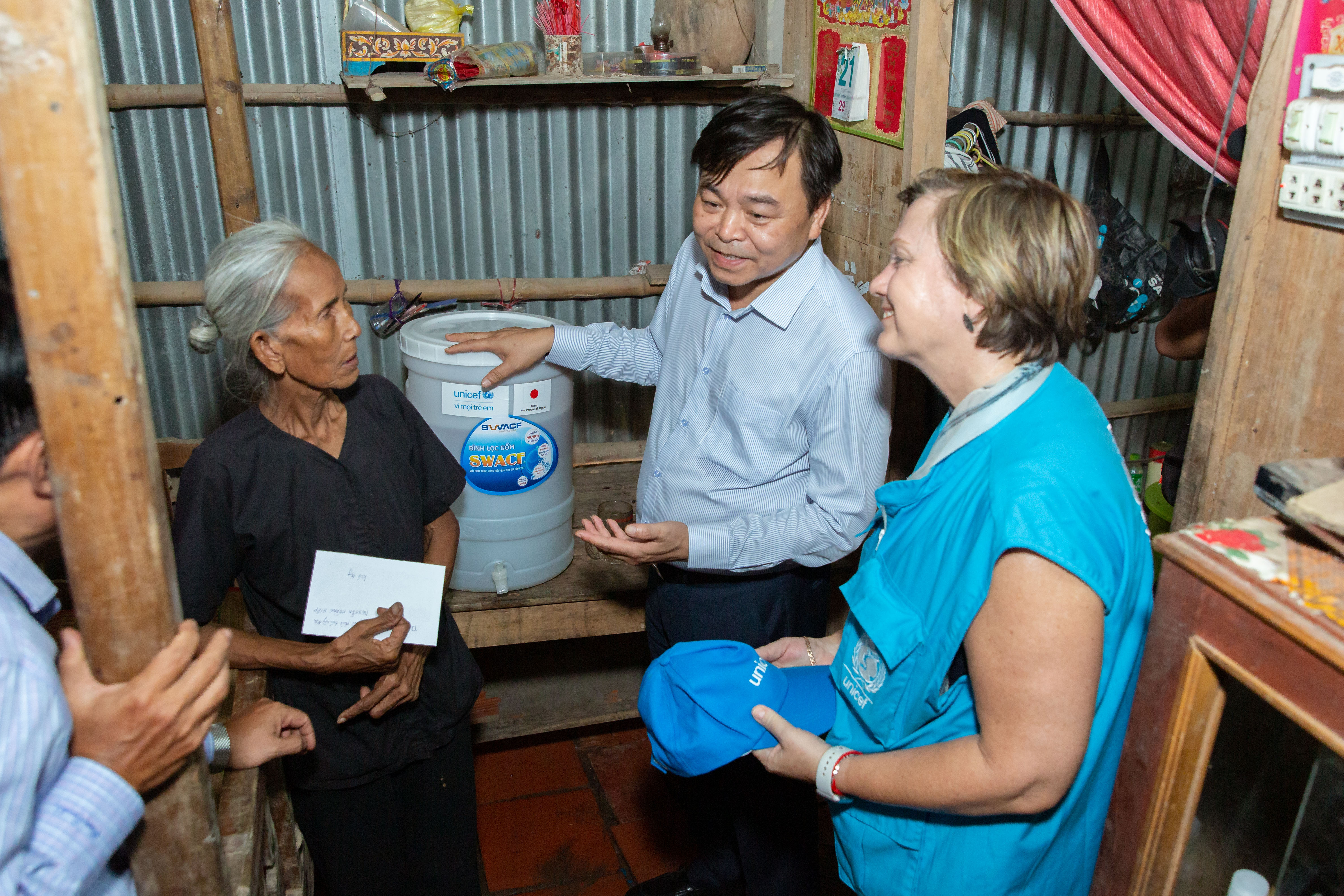 Rana Flowers (R), UNICEF representative in Vietnam, and Nguyen Hoang Hiep (L), Vietnamese Minister of Agriculture and Rural Development, speaks to a woman in Soc Trang Province, Vietnam, May 26, 2020. Photo: Supplied