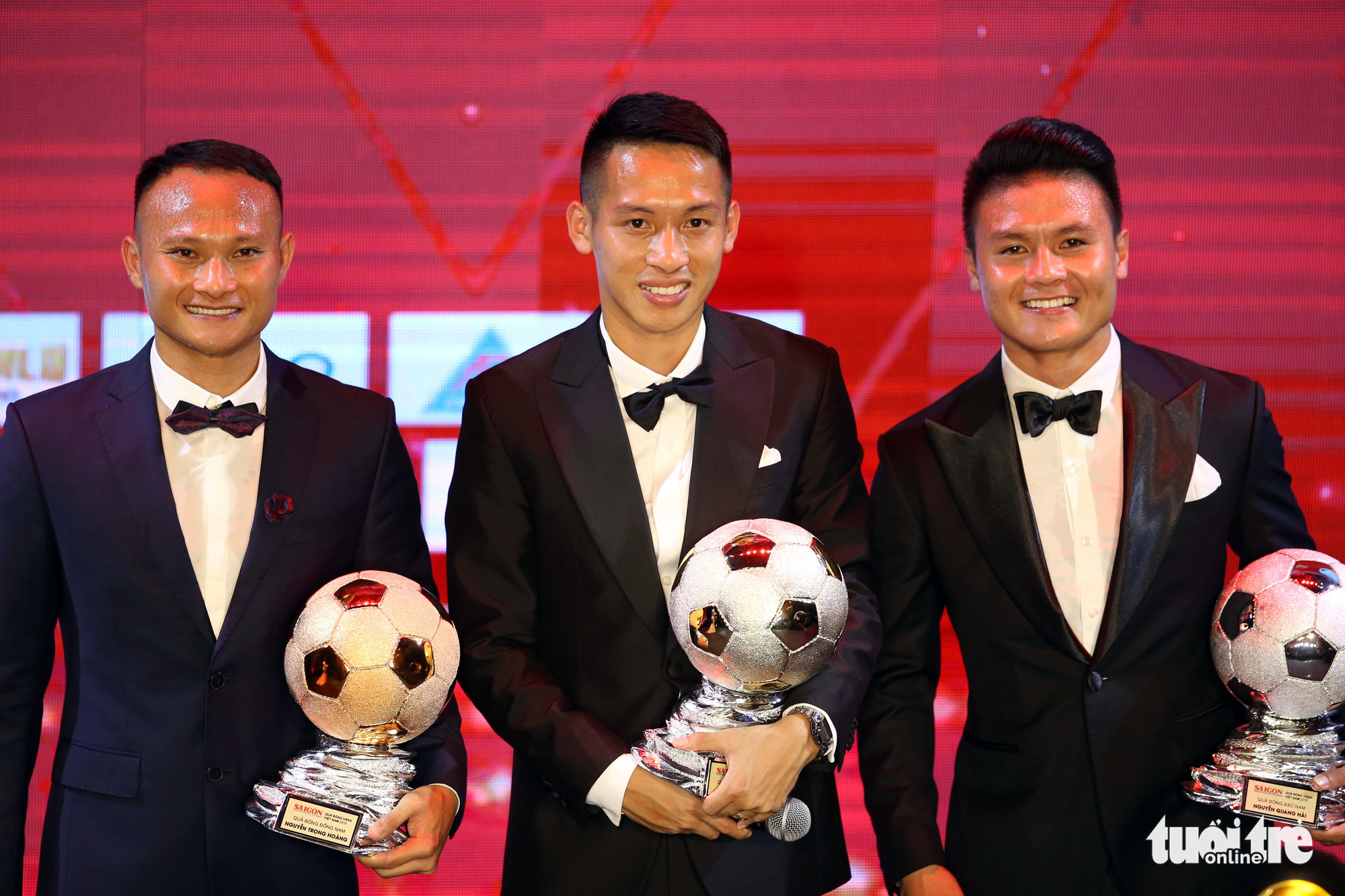 Do Hung Dung (center), Nguyen Quang Hai (right) and Nguyen Trong Hoang (left), winners of the 2019 Vietnam Golden Ball, Silver Ball, and Bronze Ball, respectively, react after receiving the individual football award at a ceremony held by Sai Gon Giai Phong (Liberated Saigon) newspaper in Ho Chi Minh City, Vietnam, May 26, 2020. Photo: N.K. / Tuoi Tre