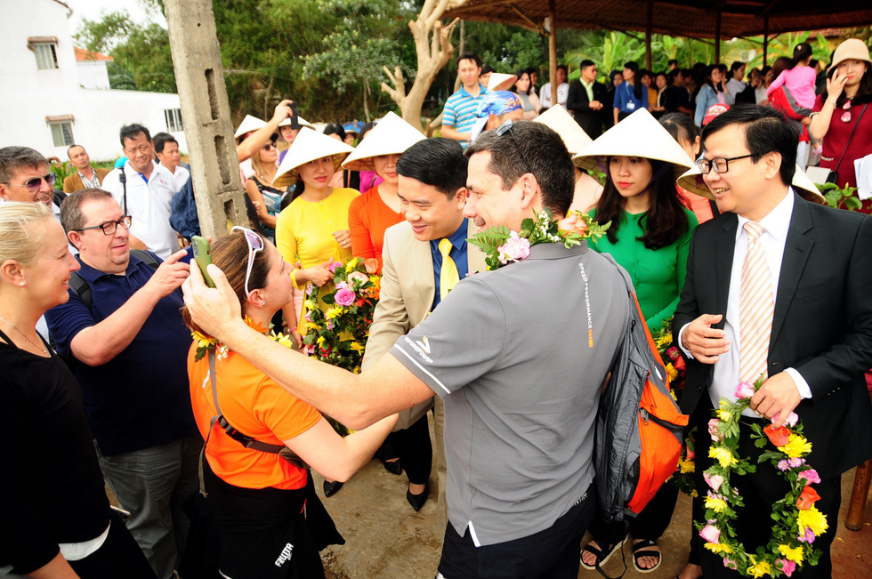 Leaders of the People's Committee of Quang Nam Province welcome foreign tourists on the 2020 New Year holiday in this file photo. Photo: B.D. / Tuoi Tre
