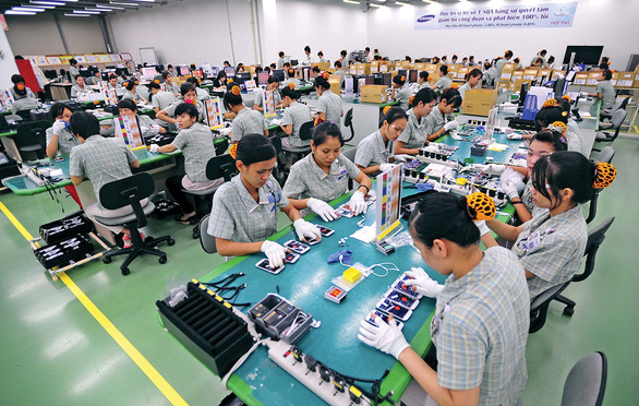 Workers work at a Samsung plant in Vietnam. Photo: T.V.N. / Tuoi Tre