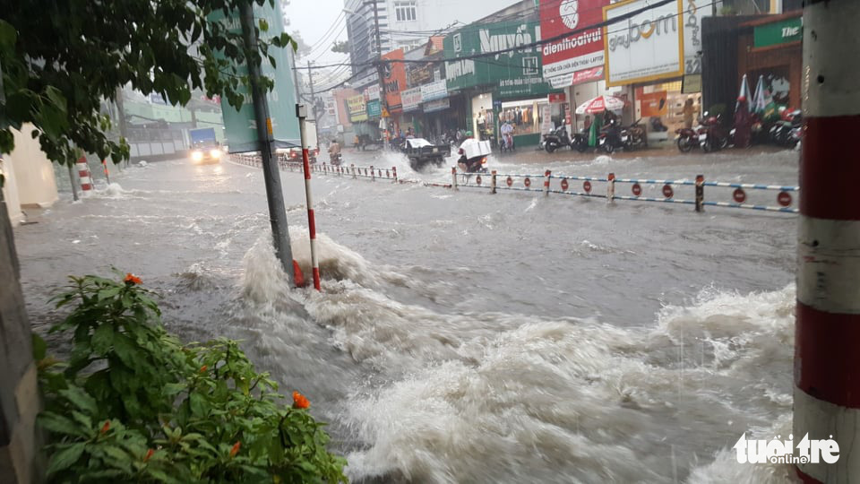 Vo Van Ngan Street in Thu Duc District is severely flooded during the downpour on May 30, 2020. Photo: Tuoi Tre Contributor