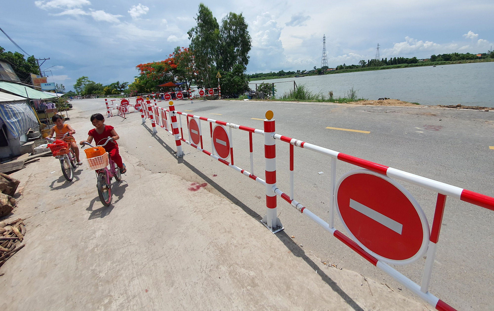 Parts of the provincial highway 91 in An Giang Province are fenced off due to high risk of subsidence. Photo: Chi Quoc / Tuoi Tre