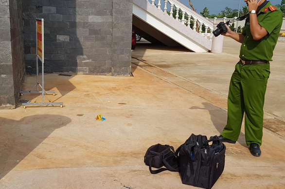 A police officer inspects the scene of Luong Huu Phuoc's suicide at the People's Court of Binh Phuoc Province, Vietnam, May 29, 2020. Photo: T.D. / Tuoi Tre