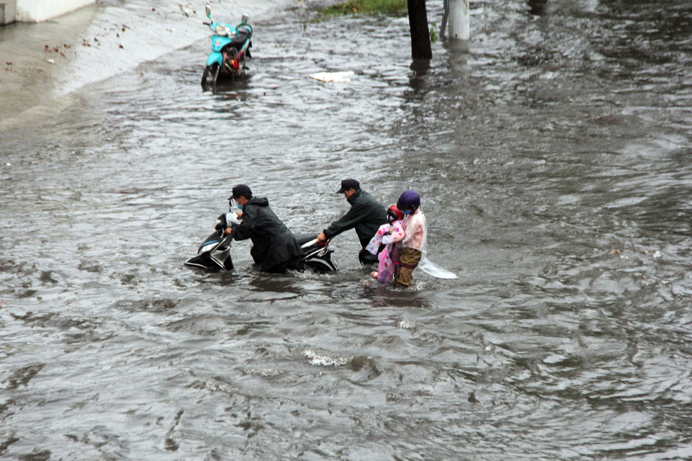 A scooter breaks down on a flooded street after a heavy rain in Ho Chi Minh City, June 3, 2020. Photo: Le Phan / Tuoi Tre
