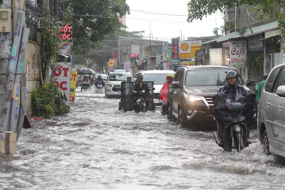 Vehicles travel on inundated Ung Van Khiem Street in Binh Thanh District, Ho Chi Minh City after a heavy rain, June 3, 2020. Photo: Chau Tuan / Tuoi Tre