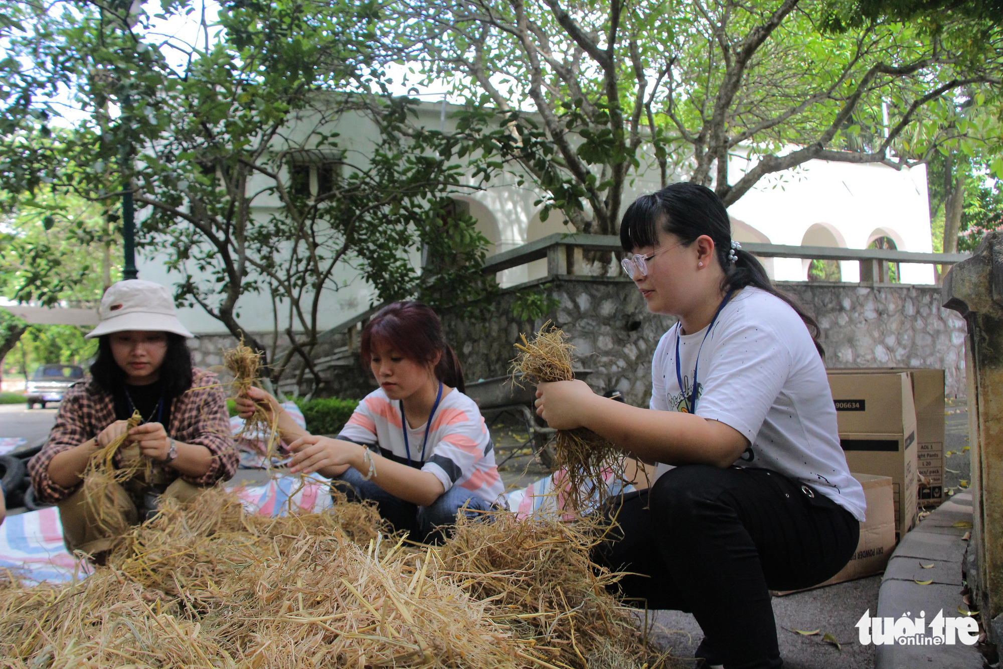 Visitors make toys from straw at the 'Kingdom of Recycled Materials' event in Hanoi, Vietnam, May 31, 2020. Photo: Ha Thanh / Tuoi Tre