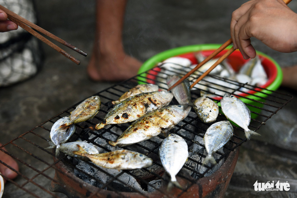 Charcoal-grilled fresh seafood, one of the delicacies on Cu Lao Cau off Tuy Phong District, Binh Thuan Province, Vietnam. Photo: Duyen Phan / Tuoi Tre