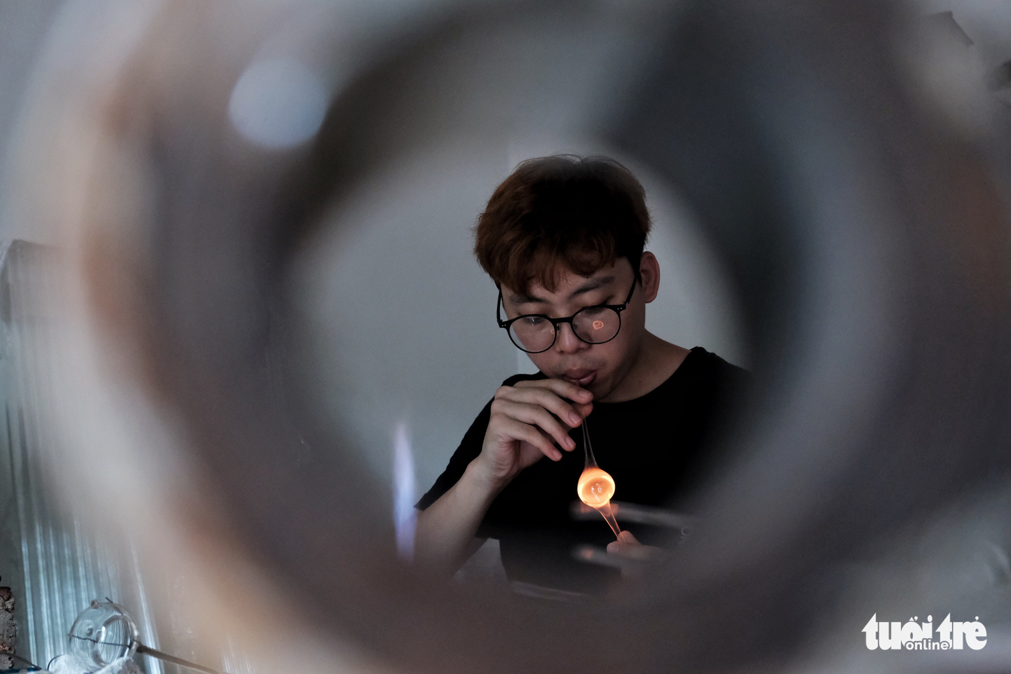 The glassblowing technique plays a crucial role in creating products. A glass blower has to hold his breath properly to produce specific products. Photo: Mai Thuong / Tuoi Tre