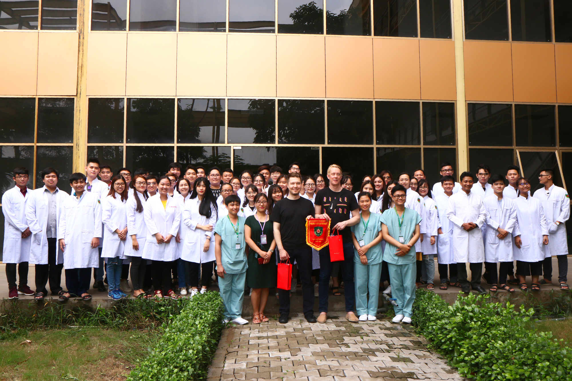 Students of Tan Tao University pose for a photo with U.S. experts in nursing. Photo: Ban Mai / Tuoi Tre