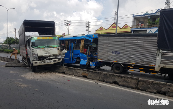 The scene of a serial traffic accident on National Highway 1 in District 12, Ho Chi Minh City, June 6, 2020. Photo: Ngoc Khai / Tuoi Tre