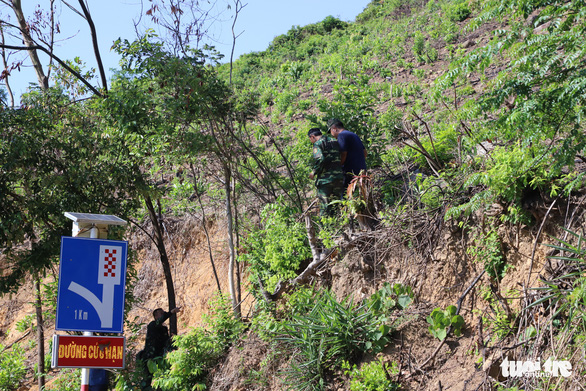 Functional forces in Da Nang, Vietnam go up a mountain to search for Trieu Quan Su, who broke out of a detention facility in Quang Ngai Province on June 3, 2020. Photo: Doan Cuong / Tuoi Tre