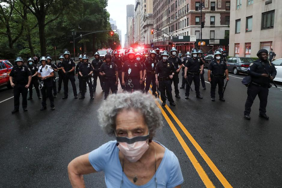 Police officers stand guard during a protest against the death in Minneapolis police custody of George Floyd, in New York City, New York, U.S., June 5, 2020. Photo: Reuters
