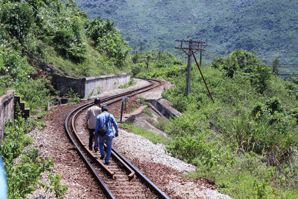 On-duty officers walk on a railway in search of Trieu Quan Su, who broke out of a detention facility in Quang Ngai Province on June 3, 2020. Photo: Doan Cuong / Tuoi Tre
