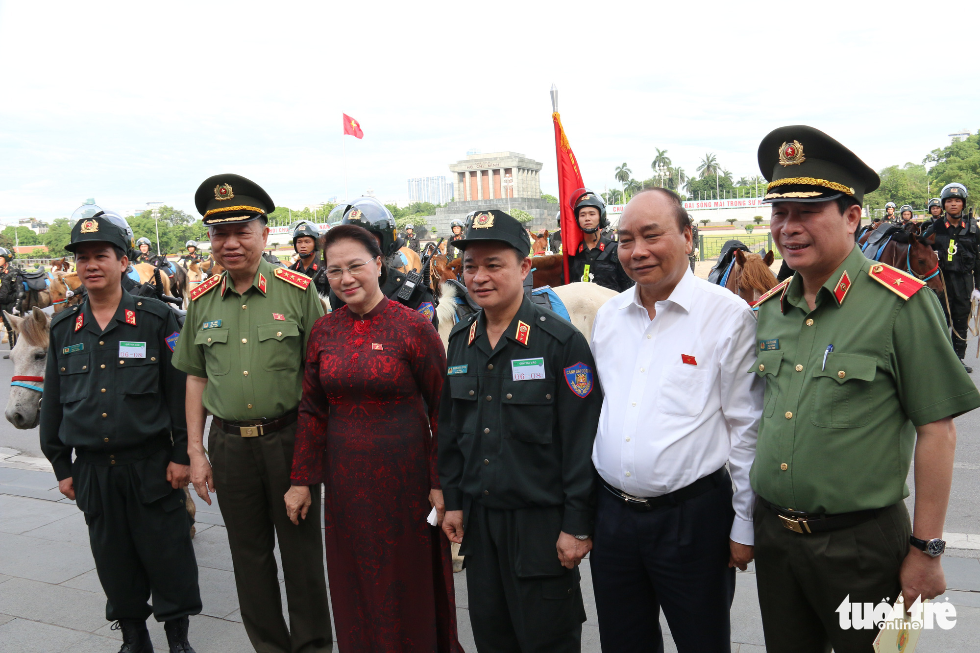 Prime Minister Nguyen Xuan Phuc and National Assembly Chairwoman Nguyen Thi Kim Ngan pose for a photo with officials from the Ministry of Public Security in Hanoi, Vietnam, June 8, 2020. Photo: Tien Long / Tuoi Tre