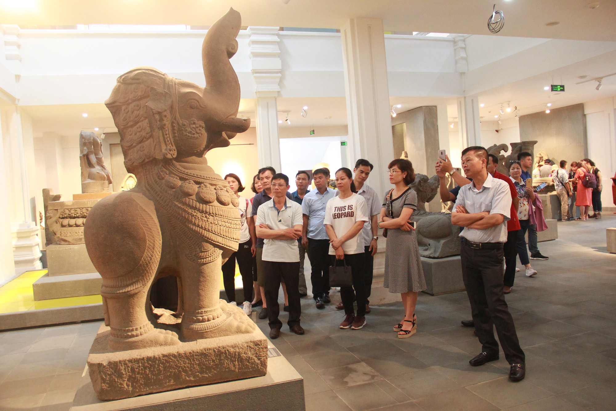 <em>Visitors look at an ancient sculpture at the Museum of Cham Sculpture in Da Nang, Vietnam. Photo:</em> Truong Trung / Tuoi Tre
