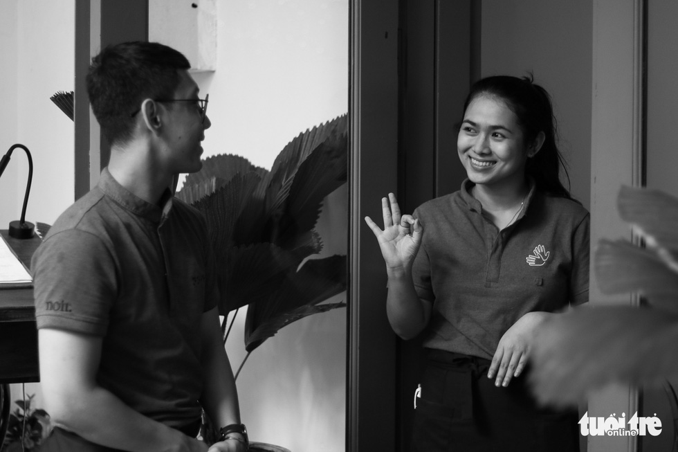Staff at the restaurant uses sign language to exchange to each other. Photo: Ngoc Phuong/ Tuoi Tre