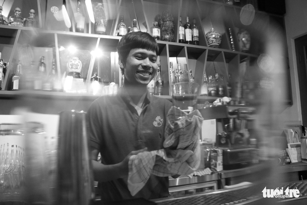 Tuan Linh, 30, is one of the hearing impaired staff at the restaurant. Photo: Ngoc Phuong/ Tuoi Tre