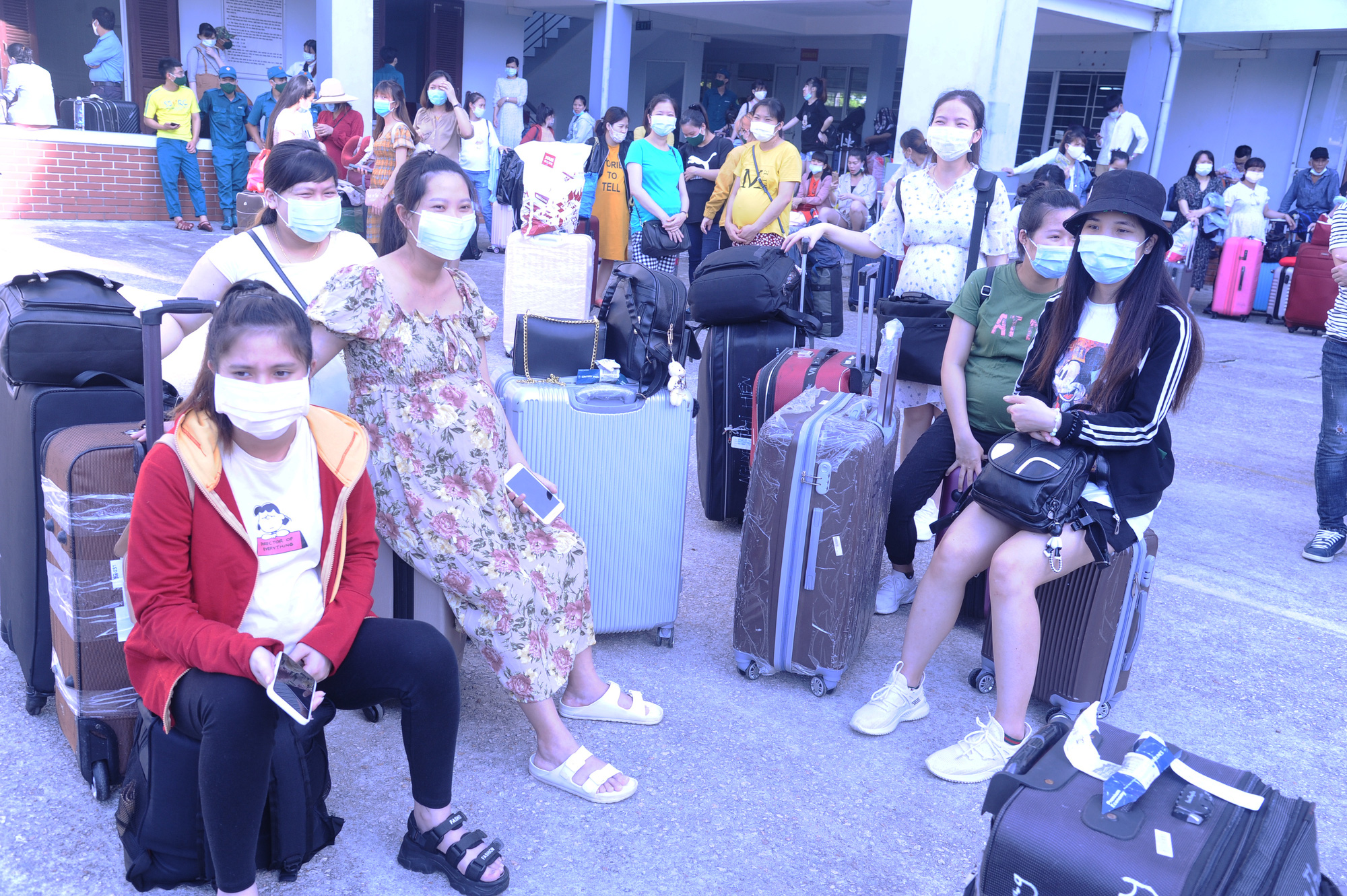 Pregnant women wait for their turn to board a bus en route to the airport after completing their mandatory novel coronavirus disease (COVID-19) quarantine at a facility in Quang Nam Province, Vietnam, June 12, 2020. Photo: Le Trung / Tuoi Tre
