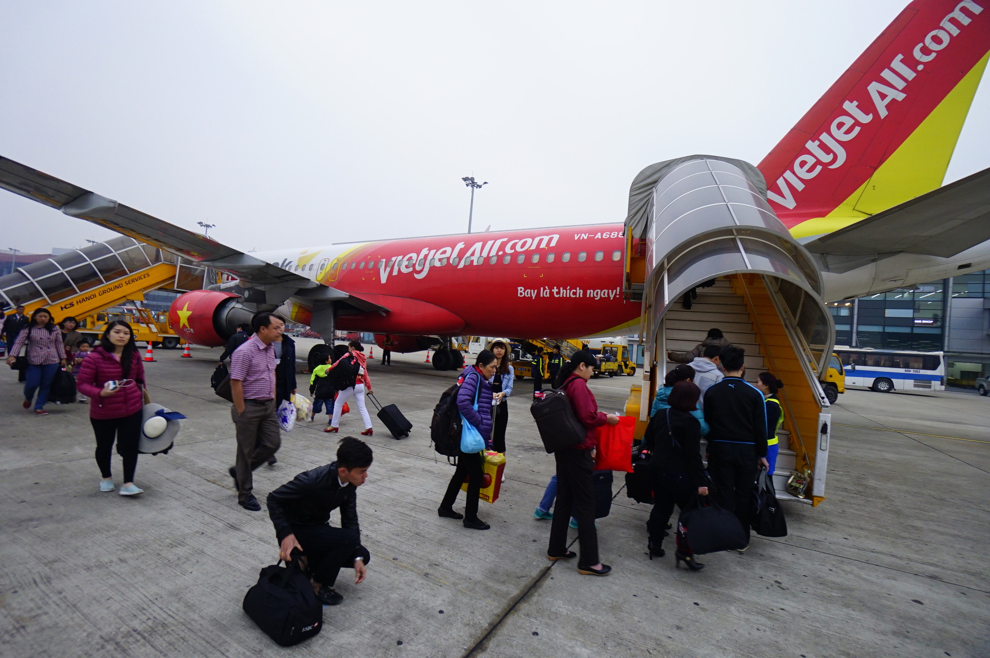 Passenger board a Vietjet flight at Tan Son Nhat International Airport in Ho Chi Minh City. Photo: Quang Dinh / Tuoi Tre