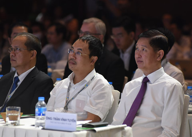 Ho Chi Minh City vice-chairman Tran Vinh Tuyen (right) attends a seminar on cashless payments in Ho Chi Minh City, Vietnam, June 12, 2020. Photo: Duyen Phan / Tuoi Tre
